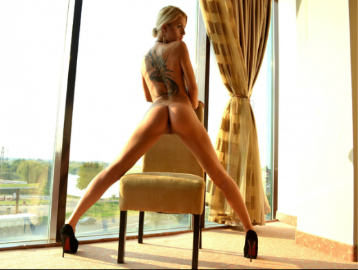 nude cam model Jeaninnex shows her big back tattoo