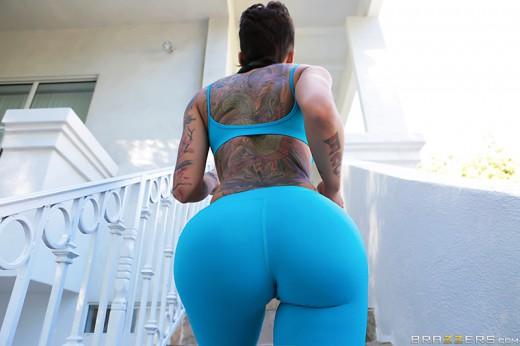 Bella Bellz shows her tattooed back